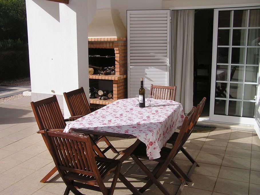 Grillecke, Gartentisch und Stühle